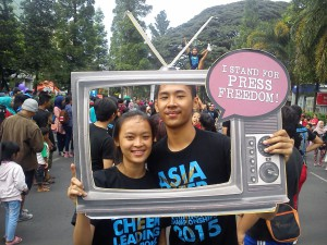 Pengunjung Car Free Day di Dago ikut narsis dalam peringatan World Press Freedom Day 2015.